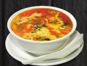 10. Cibulová polévka s rajčaty a vejcem - 45 Kč